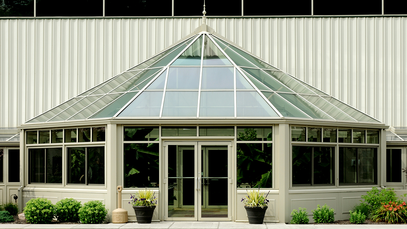 Bullnose end straight eave lean-to greenhouse