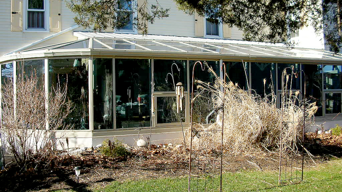 Straight eave lean-to sunroom with a segmented radius corner