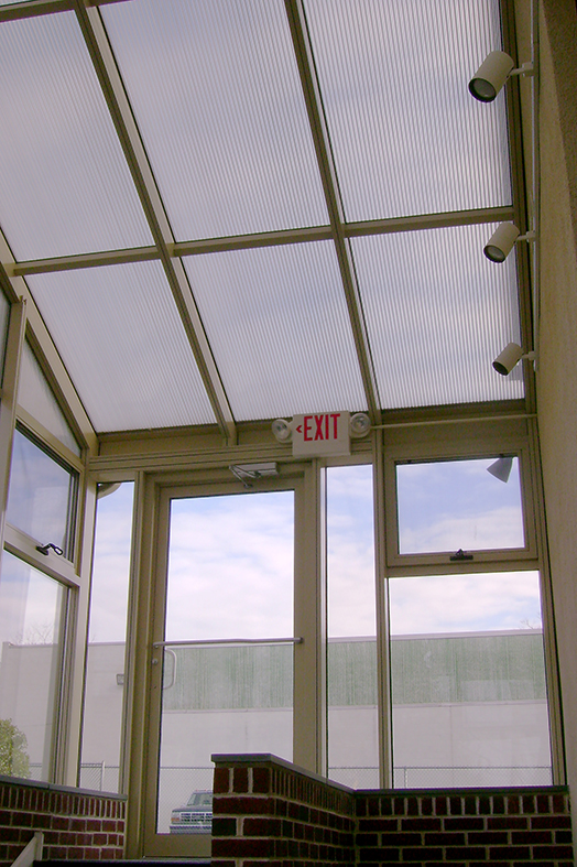 Sunroom protective entryway glazed on the roof with one inch five-wall polycarbonate