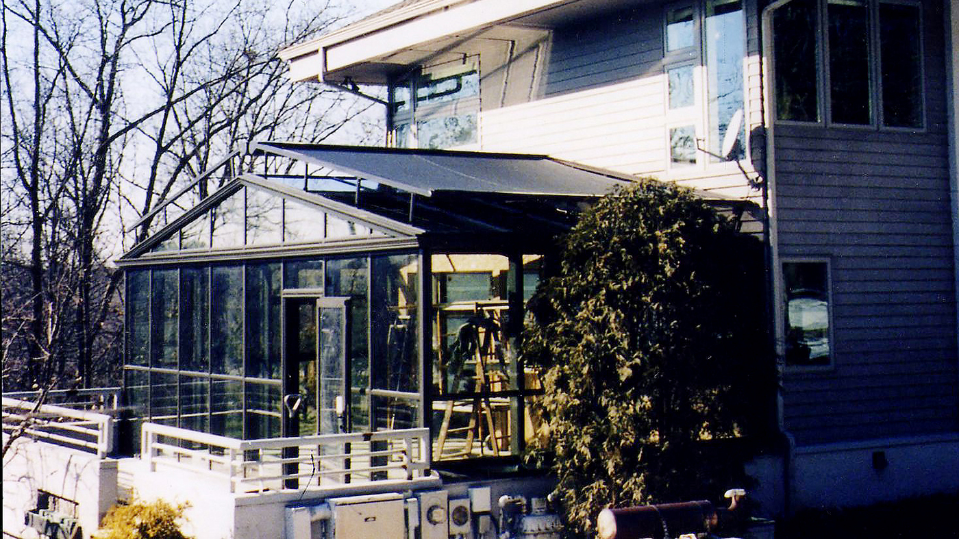 Straight eave double pitch greenhouse with external retractable shades