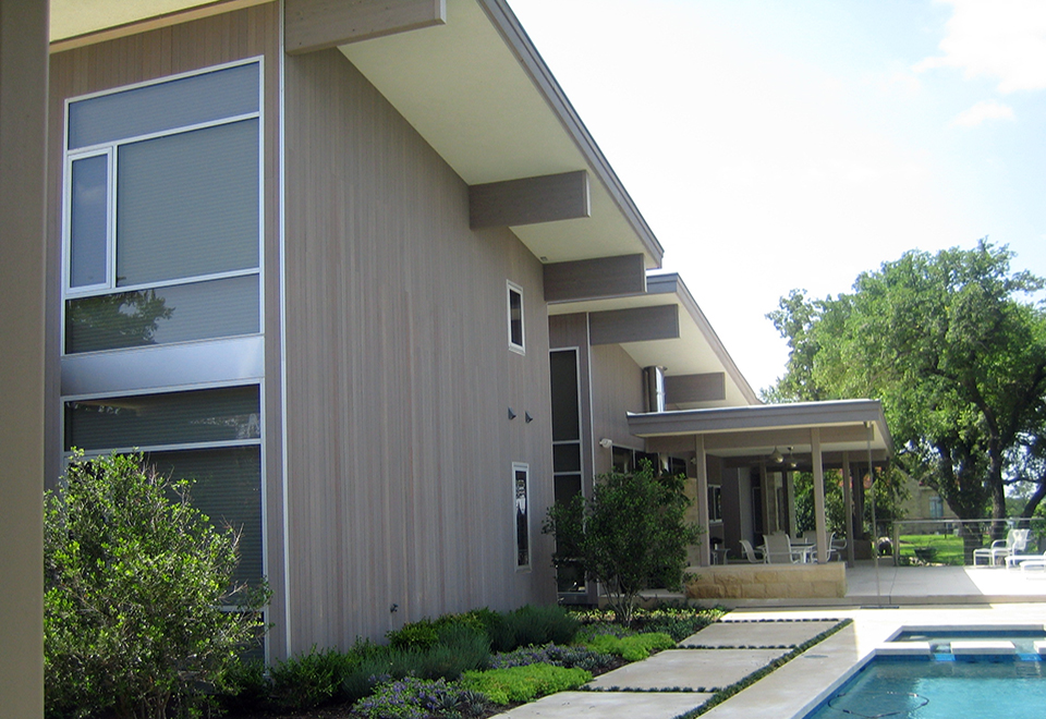 Multiple curtain walls with integrated windows used on a contemporary styled house.