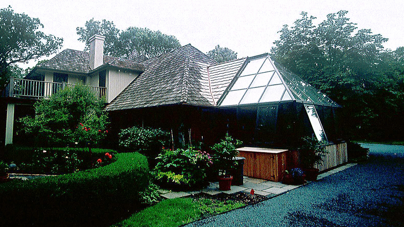 Straight eave double pitch hip end greenhouse