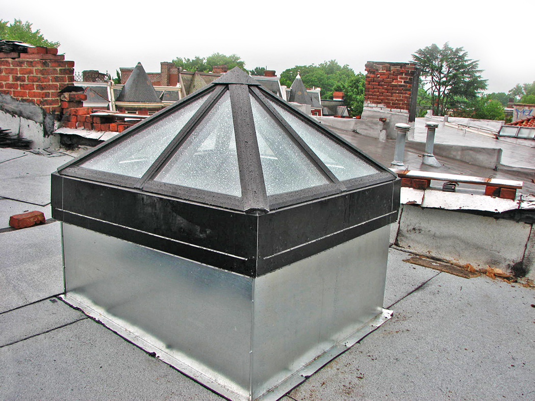 Curb-mounted pyramid skylight