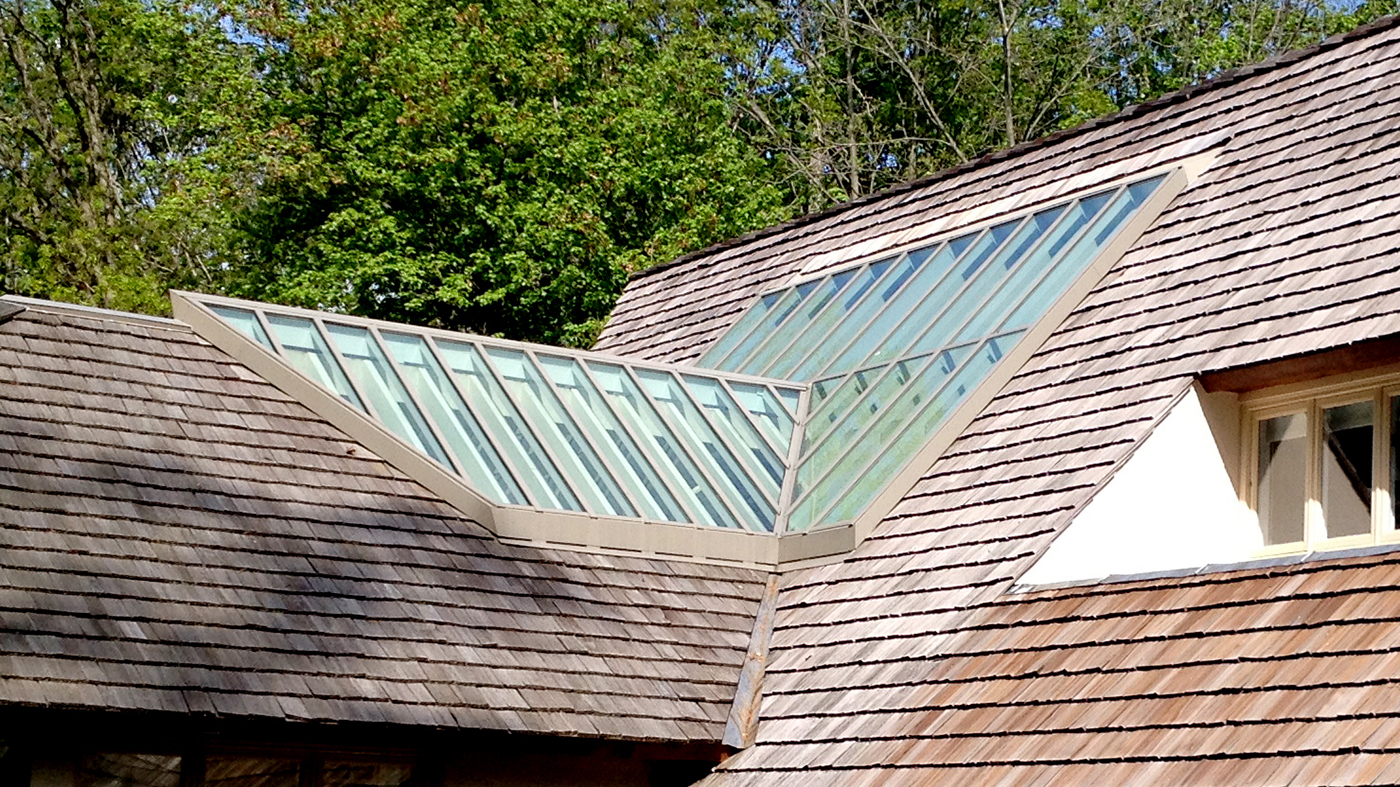 Single slope skylight with a double pitch projection