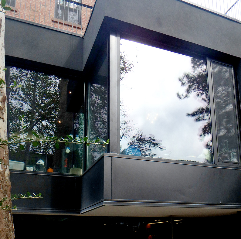 Aluminum curtain walls with tilt turn windows and a terrace door integrated, as well as a garden window.