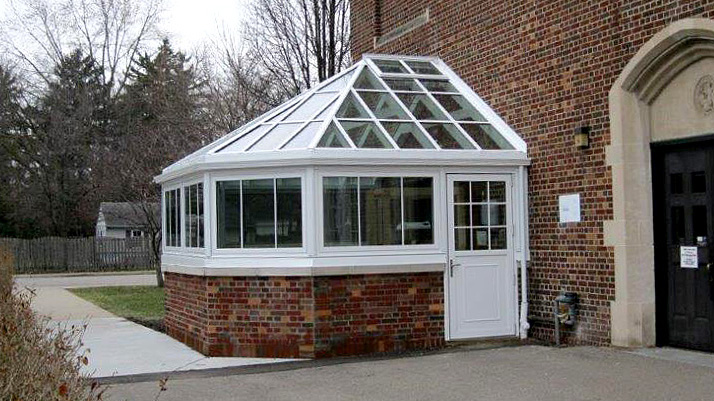 Straight eave double pitch bull nose end greenhouse