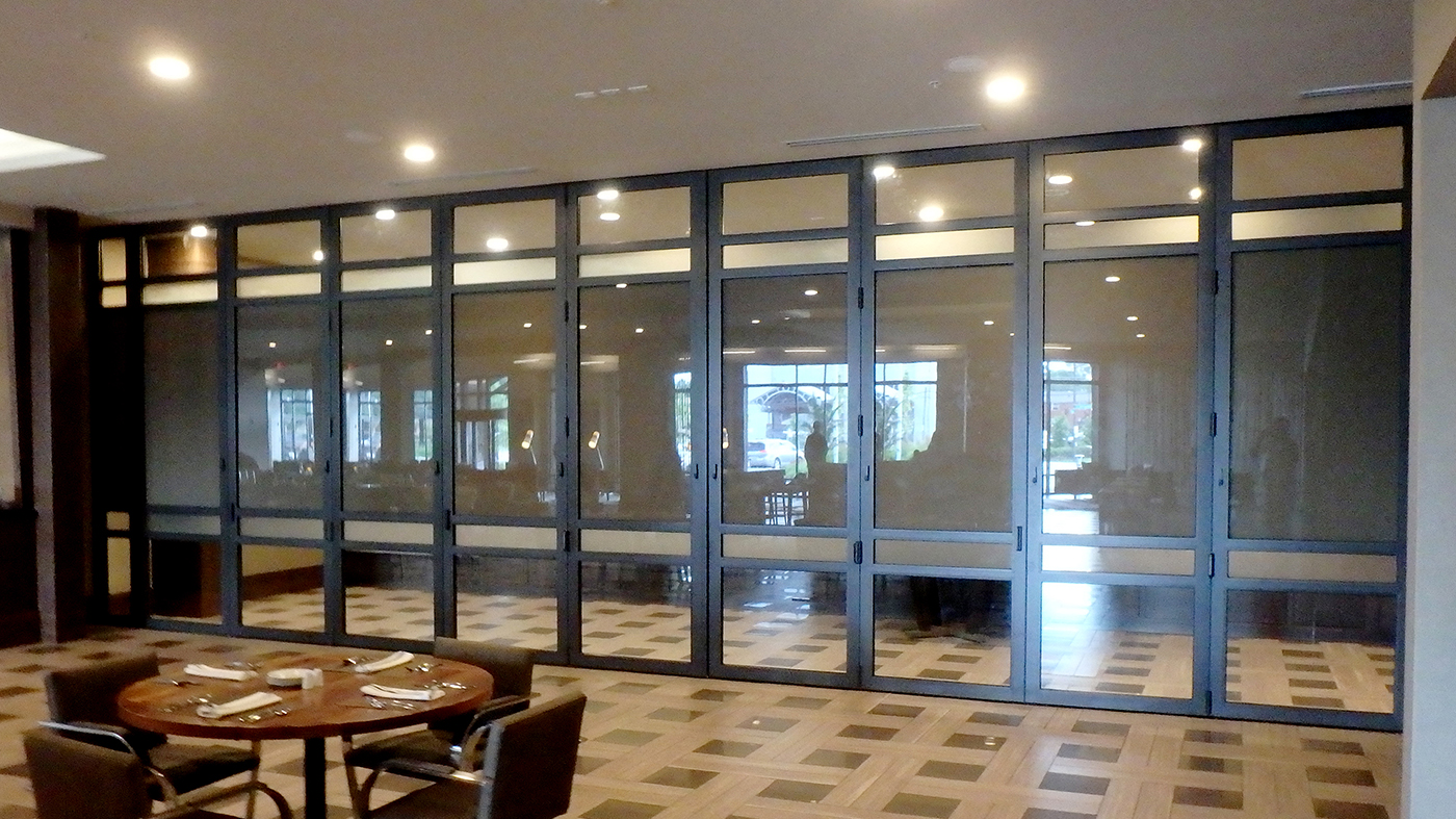 Center pivot folding glass wall