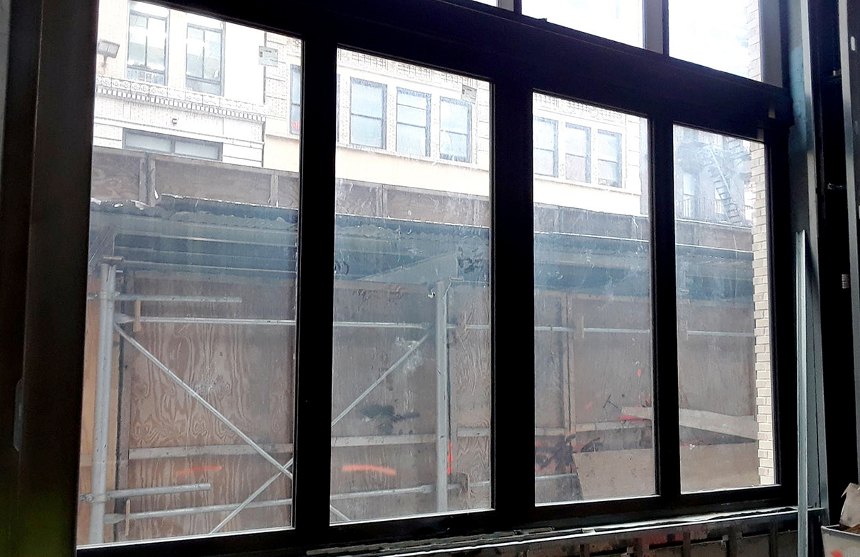 Bifold window with a floating jamb