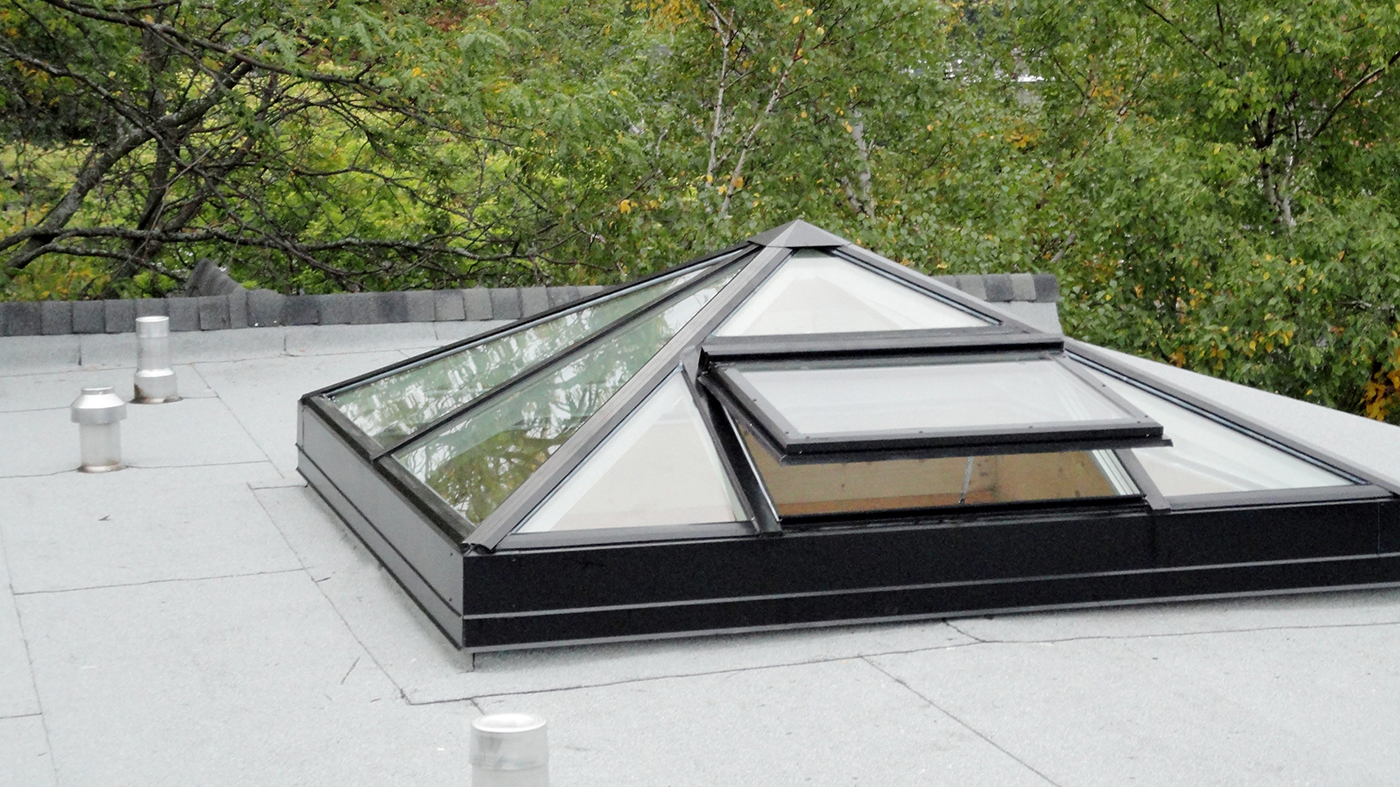 Pyramid skylight with operable vent